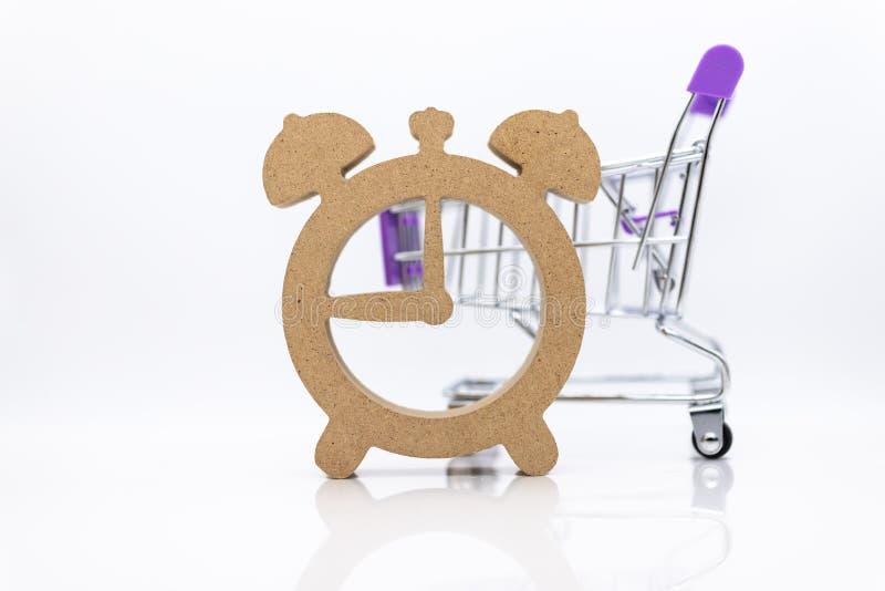Wózek na zakupy i drewniany zegarek, wizerunek używamy dla dyskontowego okresu dla robić zakupy, specjalna cena, sprzedająca za,  obrazy stock