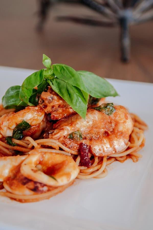 Würzige italienische Spaghetti-Meeresfrüchte Arrabbiata auf weißer Platte stockfotos