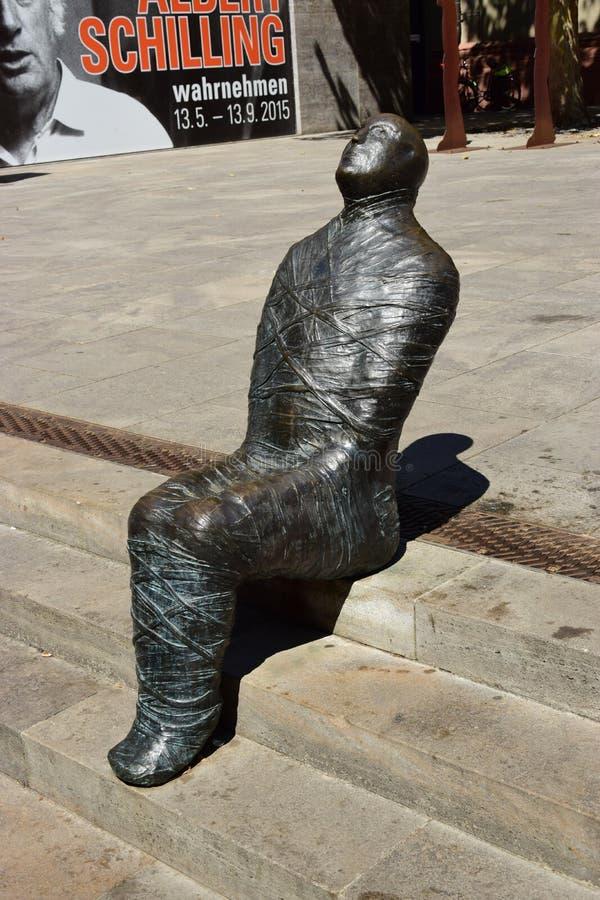 WÃ ¼ rzburg,德国-金属化以妈咪为特色的雕塑在大教堂附近 免版税库存图片