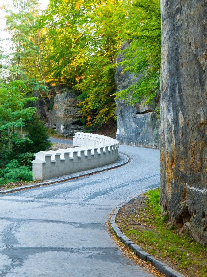 Wąska asfaltowej drogi serpentyna w lesie obrazy stock