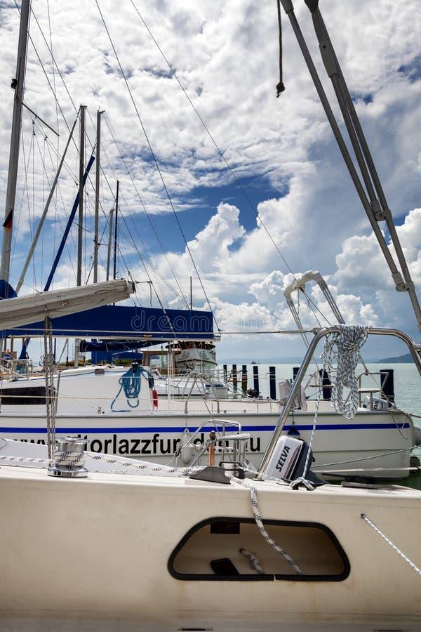 Węgry, Jeziorny Balaton, 06/03/2016 Żeglowanie jachty cumujący w malowniczym marina Chmurny jaskrawy niebo, turkus woda obrazy royalty free