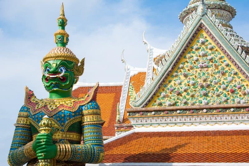 W?chter des alten Tempels vor Tempel von Dawn Wat Arun Buddhist Temple ist riesige Statue des gr?nen D?mons lizenzfreie stockbilder