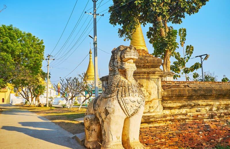 Wächter von Mai Nu Oak Kyaung Monastery, Ava, Myanmar stockfotografie