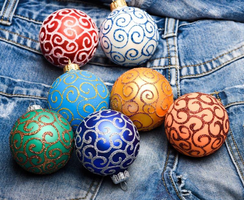 Wählen Sie bunte Dekorationen aus Moderner Weihnachtsdekor Weihnachtsverzierungen oder -dekorationen auf Denimhosenhintergrund ku lizenzfreies stockbild