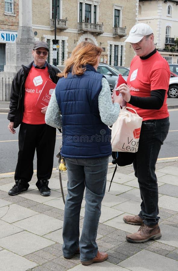 Wählen Sie das gesehene Sprechen des Urlaubs Aktivisten mit einem Mitglied der Öffentlichkeit in einer englischen Stadt stockbilder