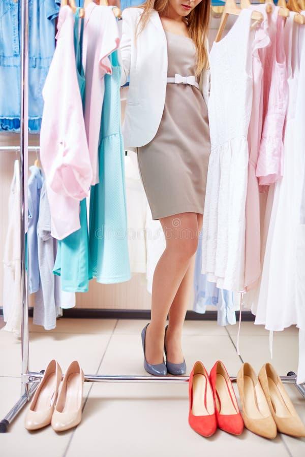Wählen von Kleidung und von Schuhen lizenzfreie stockbilder