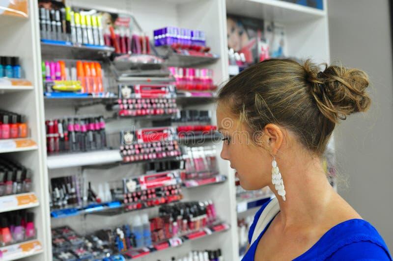 Wählen von Kosmetik lizenzfreie stockfotos