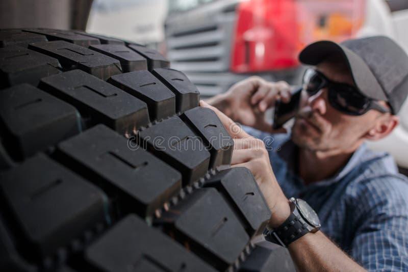 Wählen von LKW-Reifen stockfotografie