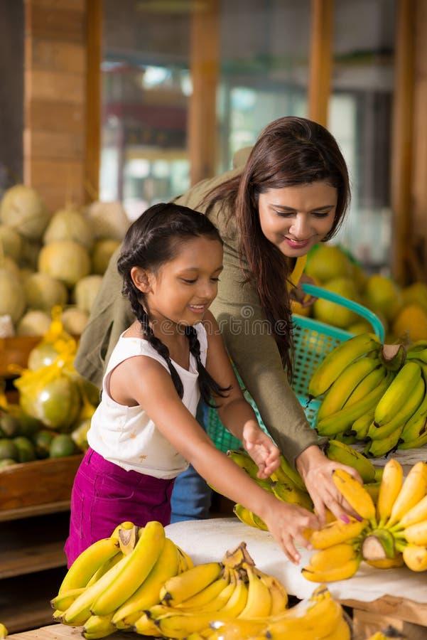 Wählen von reifen Bananen stockbild