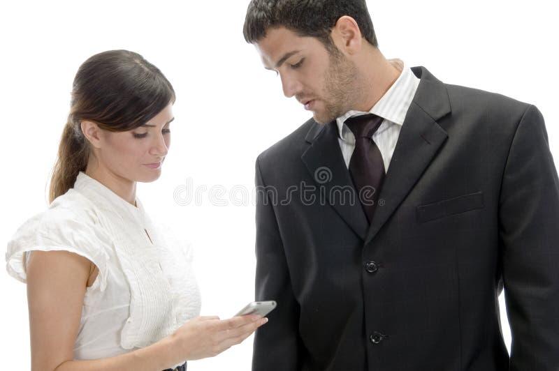 Wählende Zahlen der Frau zu ihrem Mobile stockbild