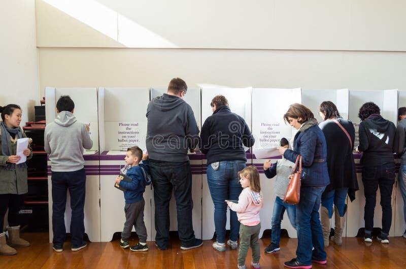 Wähler an der Wahlkabine in der Bundestagswahl mit 2016 Australiern stockfoto