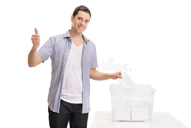 Wählerausschlaggebende Stimme in Wahlurne und in bilden Daumen lizenzfreie stockfotografie