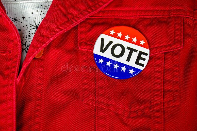 Wählernadel in der roten Jackentasche lizenzfreie stockfotos