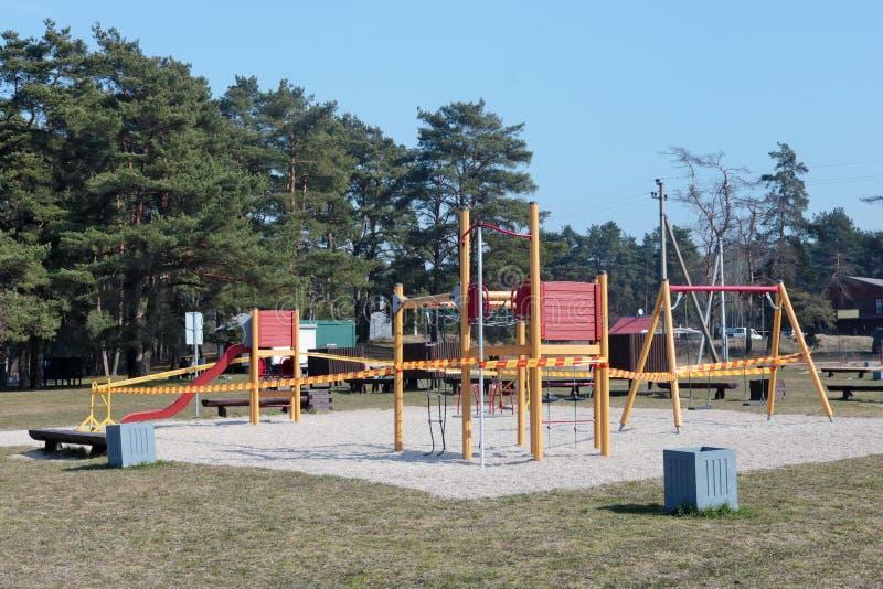 Während der Quarantäne aufgrund der COVID-19-Pandemie ist es verboten, öffentliche Kinderspielplätze und Sportsimulatoren zu benu stockfotografie