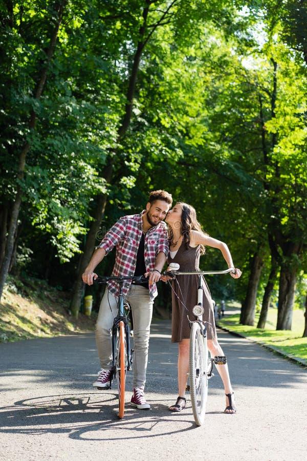 Während der Reitfahrräder hören sie auf zu küssen stockbilder