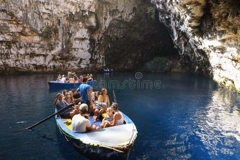 Während der Sommerferien machen Touristen eine Exkursion in den Booten auf dem See von Melissani-Höhle gelegen auf der Insel von  lizenzfreie stockfotografie