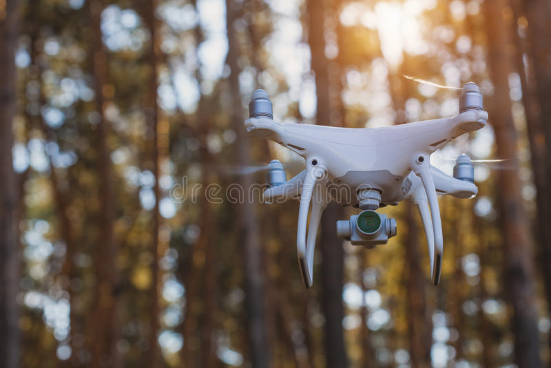 Während des Betriebsbrummen quadrocopter mit Digitalkamera stockfoto