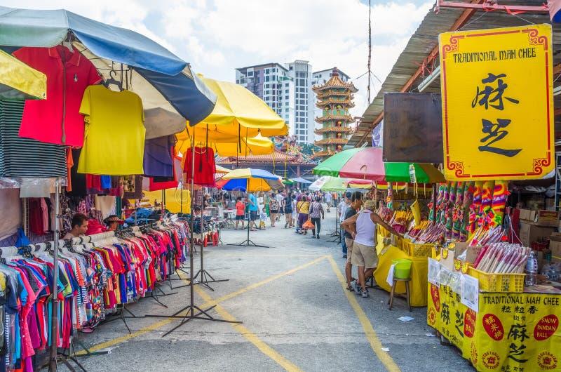 Während des neun Kaiser-Gott-Festivals gibt es einige Ställe, die religiöse Gebetsverzierungen und anderes Zubehör verkaufen Leut stockfotografie