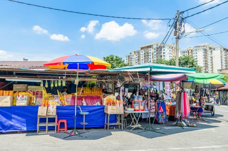 Während des neun Kaiser-Gott-Festivals gibt es einige Ställe, die religiöse Gebetsverzierungen und anderes Zubehör verkaufen Leut stockfoto