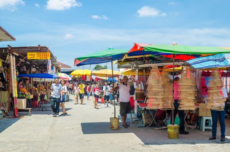 Während des neun Kaiser-Gott-Festivals gibt es einige Ställe, die religiöse Gebetsverzierungen und anderes Zubehör verkaufen Leut lizenzfreie stockfotos