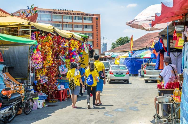 Während des neun Kaiser-Gott-Festivals gibt es einige Ställe, die religiöse Gebetsverzierungen und anderes Zubehör verkaufen Leut stockfotos