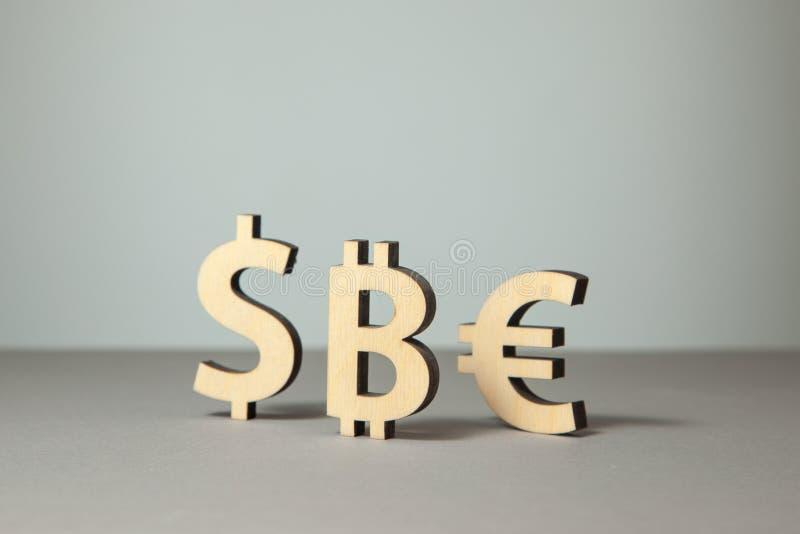 Währung und Schlüsselwährungszeichen bitcoin Dollar und Euro stockfoto
