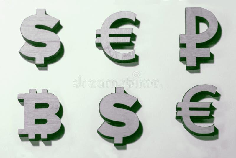Währungen der Welt und bitcoins sind eine Tabelle lizenzfreie stockfotos
