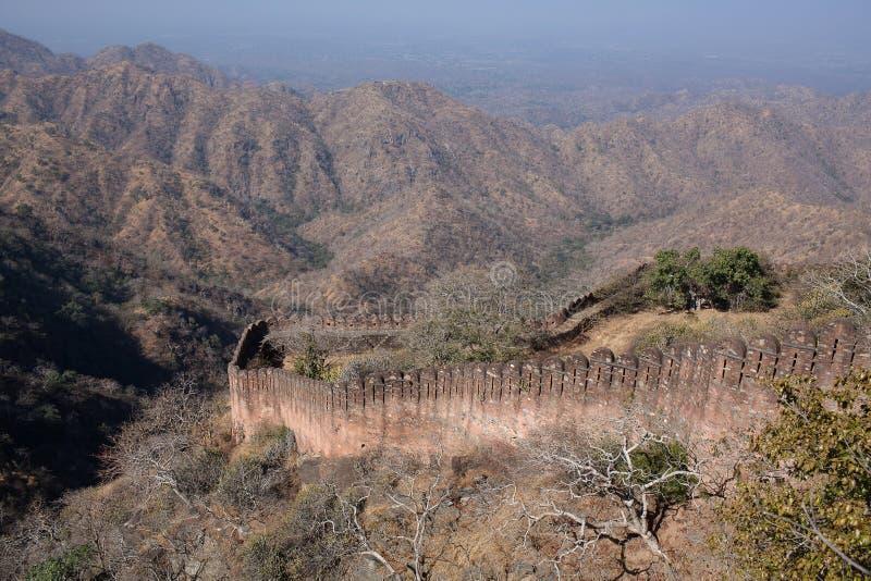 Wände berühmten Kumbhalgarh-Forts in Rajasthan, Indien lizenzfreie stockfotos