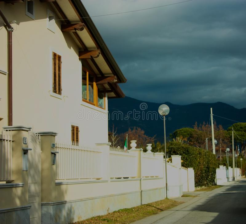 Wände einer Fassade eines bewohnten Familienhauses stockfotografie