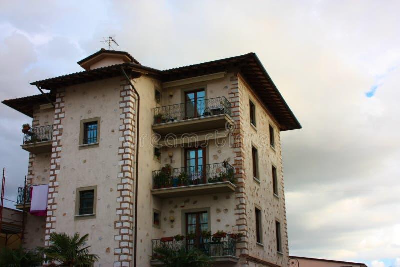 Wände einer Fassade eines bewohnten Familienhauses stockbilder