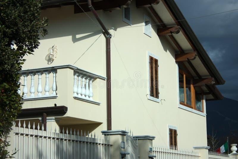 Wände einer Fassade eines bewohnten Familienhauses stockbild