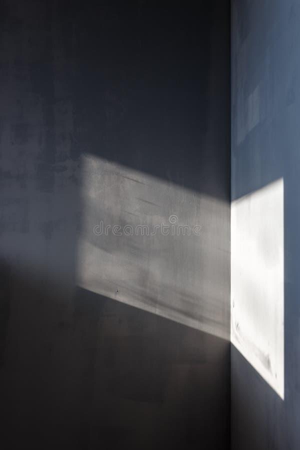 Wände gemalt in Grauem, Sonnenlichtfälle auf die Wände durch das Fenster lizenzfreie stockfotografie