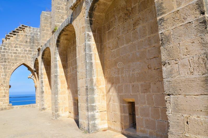 Wände historischer Bellapais-Abtei mit dem Fenster, welches das Mittelmeer übersieht Das schöne Kloster ist in lizenzfreies stockbild