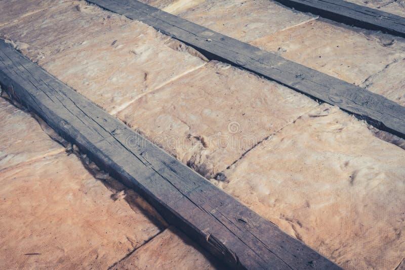 Wärmeisolierung im Dachbodendachboden/-Dachkonstruktion stockbilder