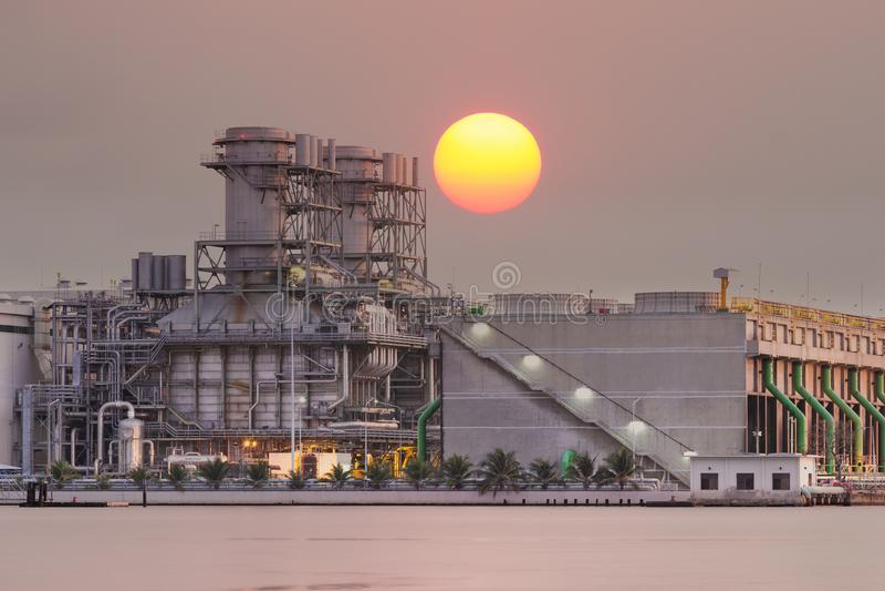Wärmekraftwerk bei Sonnenuntergang lizenzfreie stockbilder