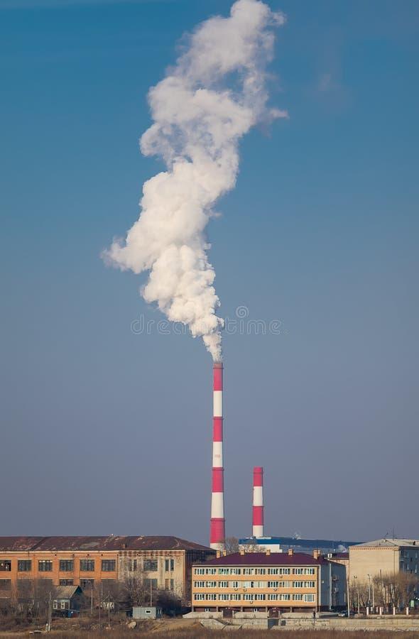 Wärmekraftwerk-Rohr mit enormem Rauch-Verschmutzungsgrad Pollut lizenzfreie stockfotografie