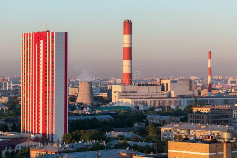 Wärmekraftwerk und rotes mehrstöckiges Haus lizenzfreie stockfotografie