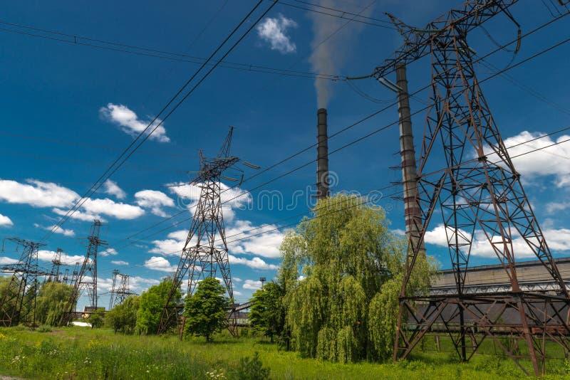 Wärmekraftwerke und Stromleitungen Elektrische Nebenstelle der Verteilung stockfotografie