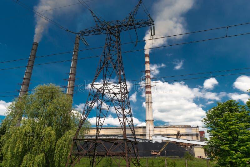 Wärmekraftwerke und Stromleitungen Elektrische Nebenstelle der Verteilung stockfotos
