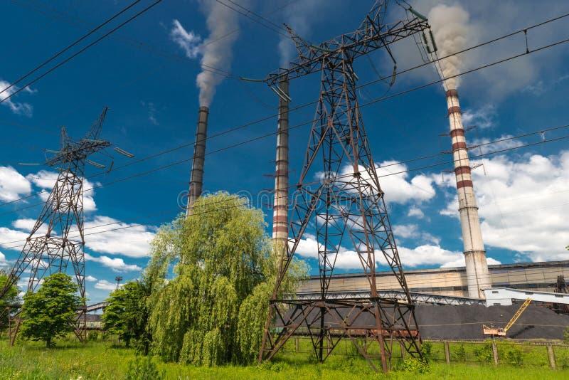 Wärmekraftwerke und Stromleitungen Elektrische Nebenstelle der Verteilung stockbild