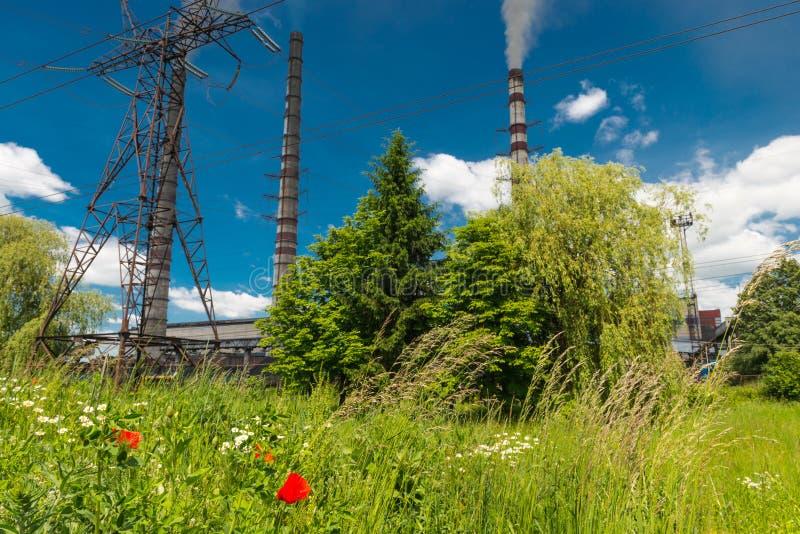 Wärmekraftwerke und Stromleitungen Elektrische Nebenstelle der Verteilung lizenzfreie stockbilder