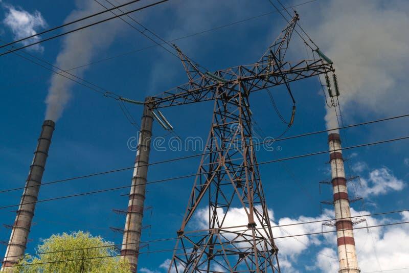 Wärmekraftwerke und Stromleitungen Elektrische Nebenstelle der Verteilung lizenzfreie stockfotografie