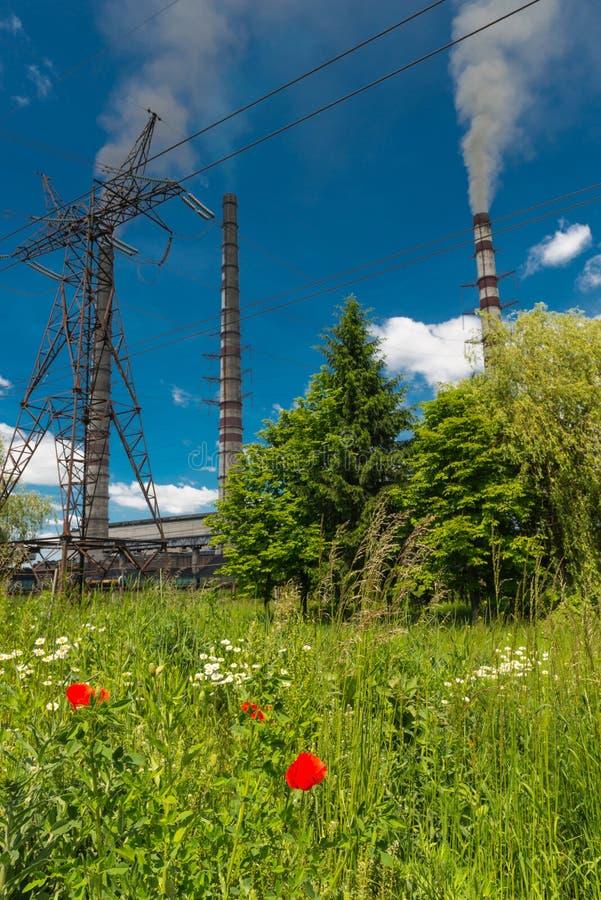 Wärmekraftwerke und Stromleitungen Elektrische Nebenstelle der Verteilung lizenzfreies stockfoto