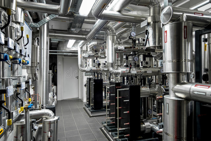 Wärmekraftwerkrohrleitung an der modernen Fabrik stockbild