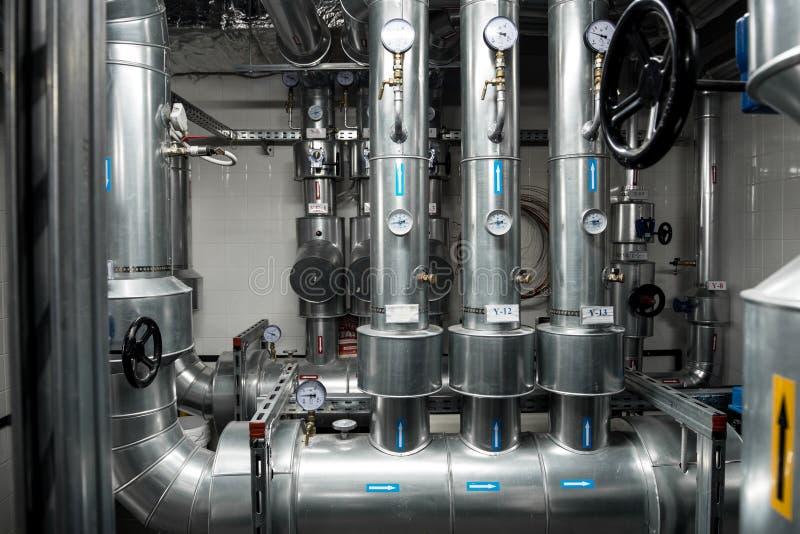 Wärmekraftwerkrohrleitung an der modernen Fabrik stockbilder