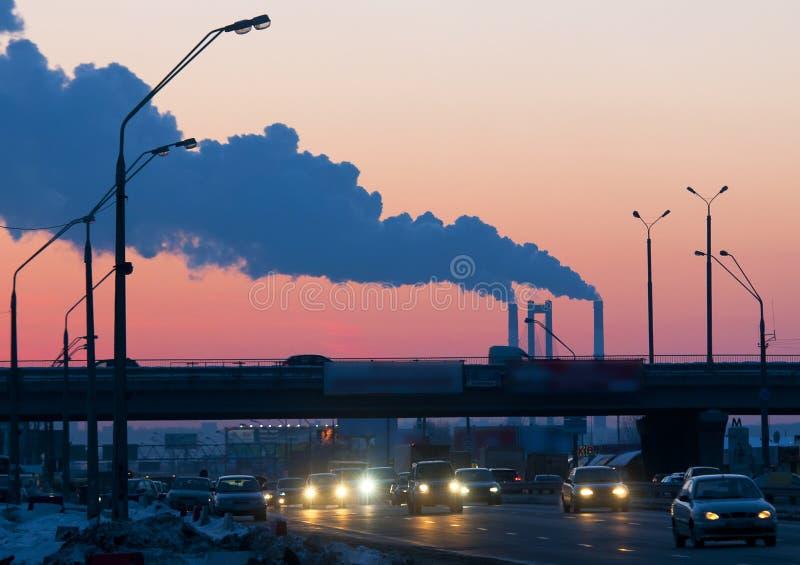 Wärmekraftwerkstation mit großen Kaminen durch den Sonnenuntergang stockbilder