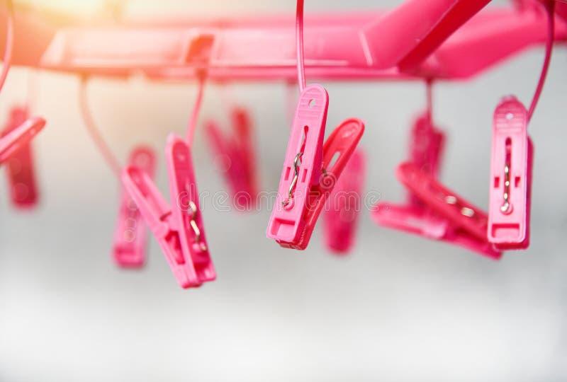 Wäscheklammern auf dem Aufhängerseil für Wäschekleidung - Plastikwäscheklammer stockfoto