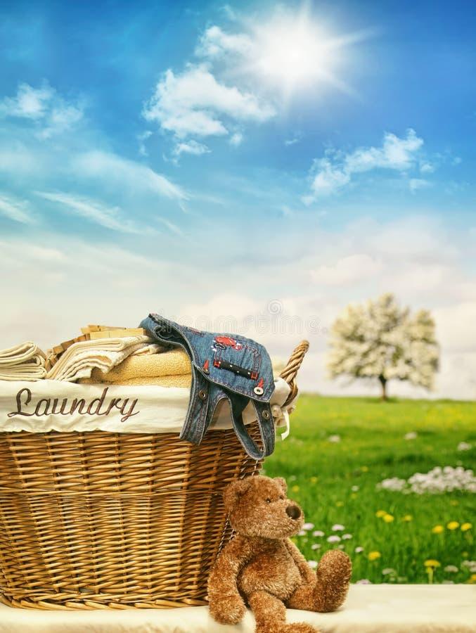 Wäschekorb mit Kleidung gegen einen blauen Himmel lizenzfreie stockfotografie