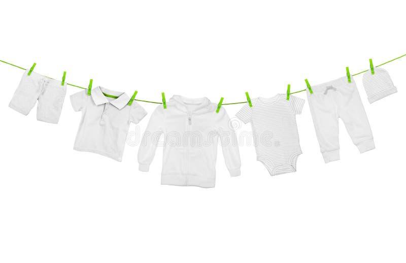 Wäscheleine mit der hellen Kleidung, lokalisiert auf weißem Hintergrund stockfoto