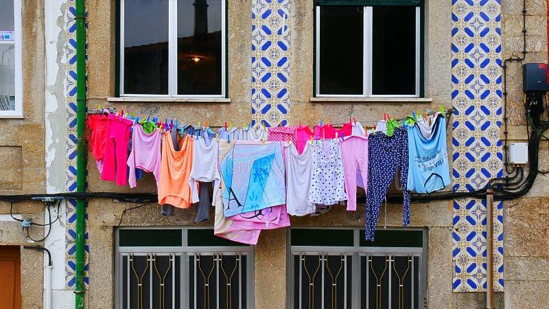 Wäscherei auf einer waschenden Linie vor dem Fenster lizenzfreie stockbilder